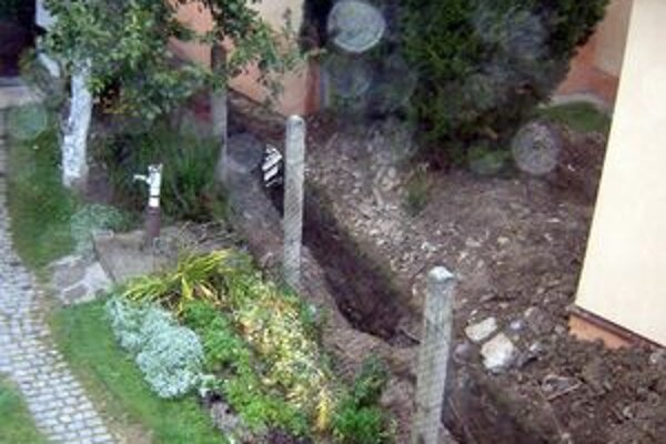 Kde je logika. Vedľa studne je čerstvo vykopaná jama na kanalizáciu.