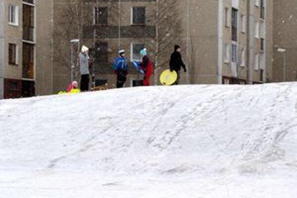 Deťom mráz nevadil. Sánkovali sa a šantili na snehu.
