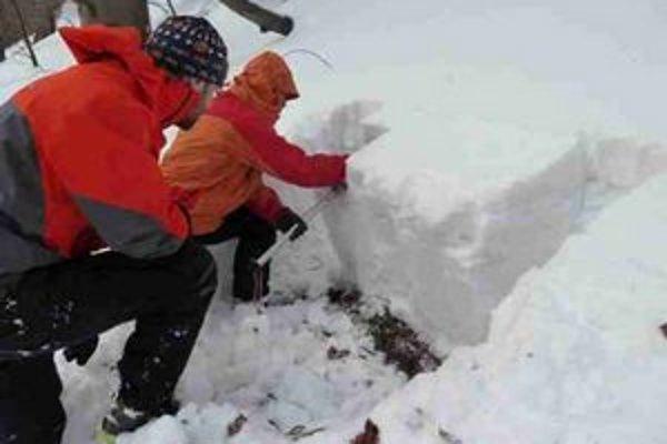 Sondáž snehovej pokrývky. Pracovníci horskej služby robia monitoring v teréne.