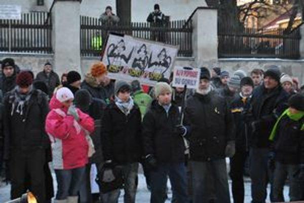 Aj v Poprade sú gorily. Pri pochode davu mestom sa ozývali pokriky proti primátorovi Dankovi.