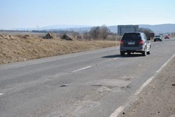Zvlnenie a diery sa nedajú prekľučkovať. V oboch smeroch jazdy je stav vozovky rovnaký. Tridsiatku tu však zrušili.