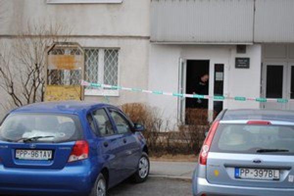 Vyšetrovatelia zaisťujú stopy. Rušné ráno zažili obyvatelia sídliska Západ v Poprade.