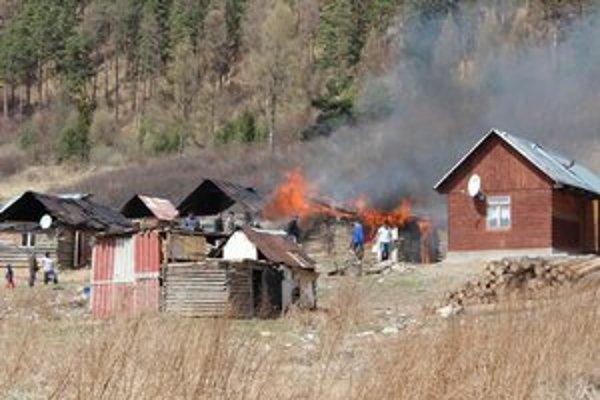Plamene uprostred osady. Aj napriek dramatickej situácii nedošlo ku zraneniam ani šíreniu požiaru.