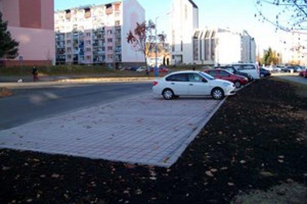 Rázusova ulica. Obyvatelia sa môžu tešiť na nové parkoviská.