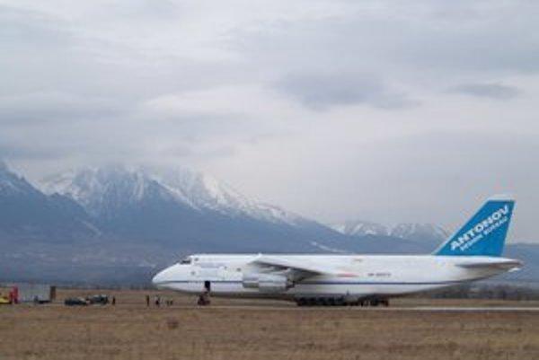 Obor na pristávacej dráhe. Jedno z najväčších dopravných lietadiel na svete dokáže pristáť aj v Poprade.