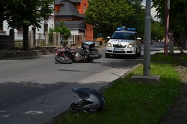 Motorkári sú zraniteľní. Motorka sa po niekoľkometrovom šmyku ocitla otočená proti pôvodnému smeru jazdy.