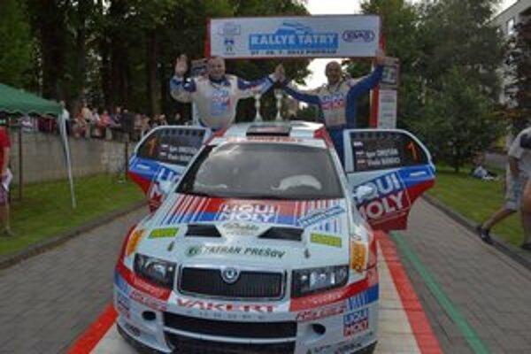 Druhí v absolútnom poradí. Igor Drotár, Vlado Bánoci na Rallye Tatry nedajú dopustiť.