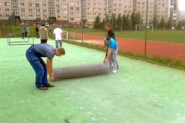 Futsalová brigáda. Pred štartom ligy hráči spoločnými silami opravili ihriská.