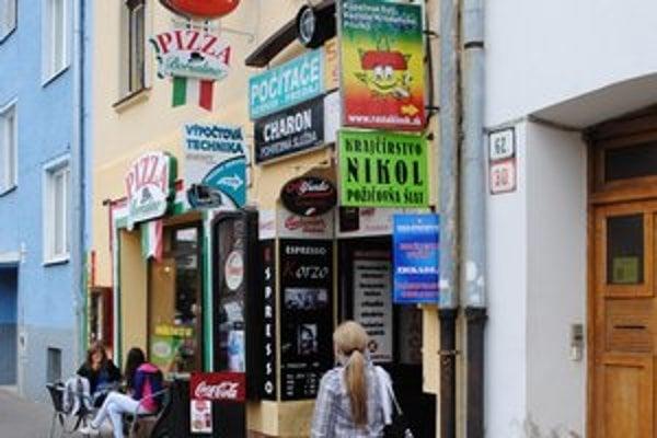 Popradský crazy shop. Ukrýva sa v pasáži na námestí.