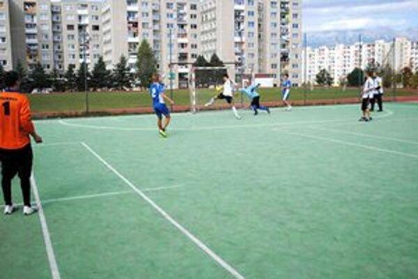 Otvárací gól zápasu. Tím SDS (v modrom) prestrieľal hráčov OV SZM o dva góly.