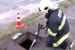 Únik ropnej látky. Nános upchal kanalizáciu.