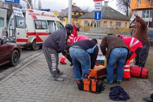 Zdravotníci. O život ženy bojovali aj priamo na ulici.