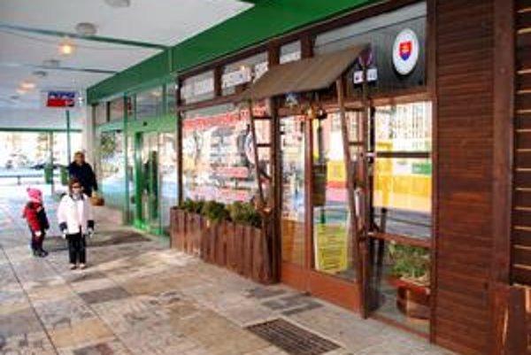 Tu bol bankomat. Tých, čo použili karty v bankomate, banka sama kontaktuje, aby ich mohla zákazníkom vymeniť.