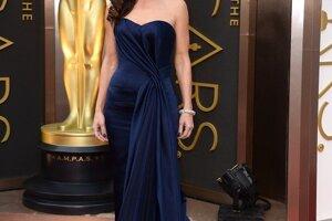 Nomináciu na Oscara za hlavnú úlohu vo filme Gravitácia získala aj Sandra Bullock, ktorá sa obliekla do šiat od Alexandra McQueena. Modrý hodváb v kombinácii so šifónom a jednoduchý strih podčiarkli je postavu a samotnú dôležitosť spoločenského podujatia.