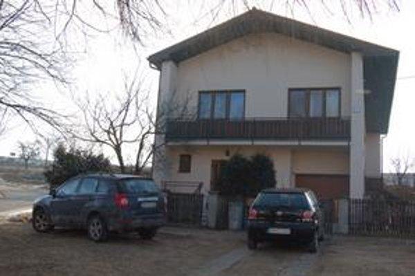 Dom starostu a sídlo firmy ECO STAR. Pri hľadaní firmy ECO STAR sme objavili, že jej sídlo je v rodinnom dome šéfa vrbovskej radnice. Hovorilo o tom meno na zvončeku. Zaraz sme našli konateľov aj starostu.