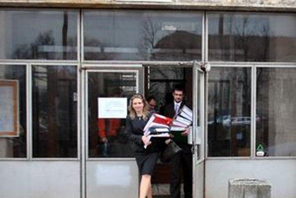 Právnička Cyperčanov odchádzala po prisúdení 60 miliónov eur zo súdu so širokými úsmevmi.