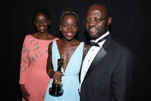 Lupita Nyong (v strede) s matkou Dorothy a otcom Petrom v zákulisí po udelení jej ceny za najlepší ženský herecký výkon vo vedľajšej úlohe.