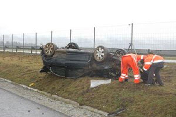 Spolujazdec z havarovaného auta podľahol zraneniam.