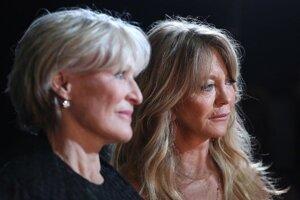 Glenn Close (vľavo) a Goldie Hawn v zákulisí odovzdávania Oscarov.
