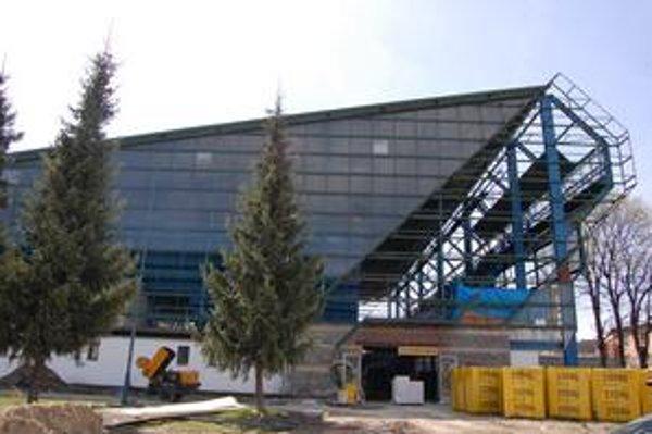 Stavenisko. Takto vyzerá kežmarský štadión dnes. Koncom roka tu vyrastie moderný megazimák.