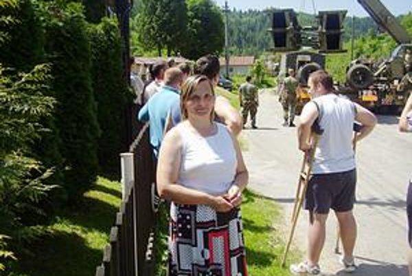 Zapisovateľka. Helena Malastová bude sumarizovať voľby v obci Sulín. Za voličmi sa jej kolegovia poberú cez les.