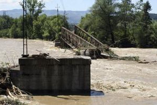 Železničný most zničený rozvodnenou riekou Poprad blízko juhopoľského mesta Nowy Sacz.