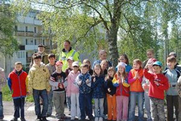 Celá zostava. Deti so zástupcom náčelníka mestskej polície Jozefom Štefaňákom a výtvarníkom Jozefom Tomkom.