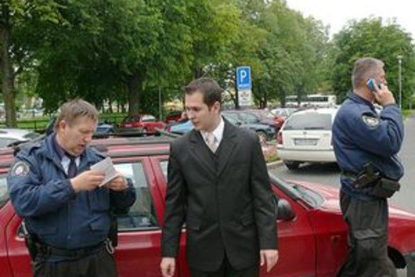 Mestskí policajti absolventov legitimovali.