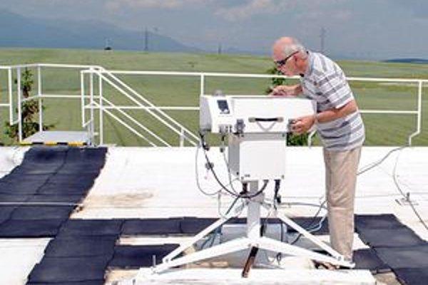 Miroslav Chmelík práve kontroluje ozónový spektrofotometer, ktorým meriame množstvo ozónu.