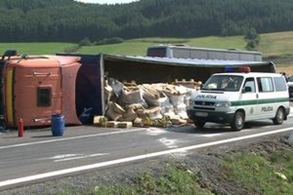 Prevrátený kamión viezol jedlý olej.