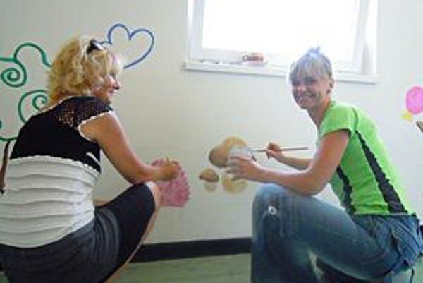 Aby bola krajšia. Učiteľky Táňa Antlová (vpravo) a Soňa Gazíková zo škôlky na Podtatranskej ulici vlastnoručne maľujú steny, aby sa tu deti lepšie cítili.