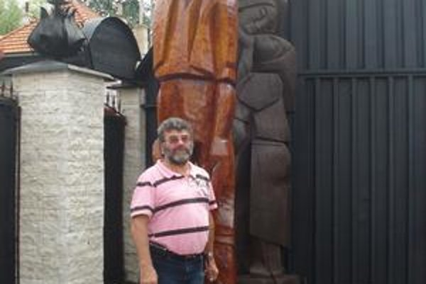 Cyril Kocúrek. Umelecký rezbár z Kežmarku včera odprevadil sochu Bolka Polívku, na ktorej v bolestiach makal dva mesiace.