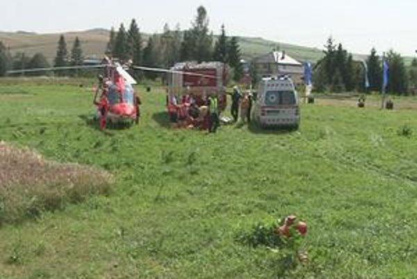 Ošetrovanie zranenej. Leteckí záchranári ju odviezli do nemocnice.