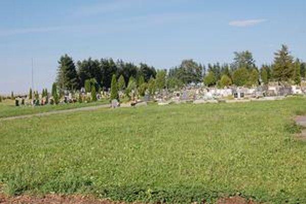 Na jednom z popradských cintorínov sme našli napriek veľkému množstvu hrobov stále voľné miesta na pochovávanie.