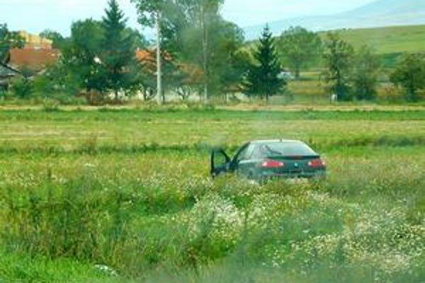 Renault v poli. Tesne pred obcou Huncovce (okres Kežmarok) renault zišiel z cesty a skončil v poli.
