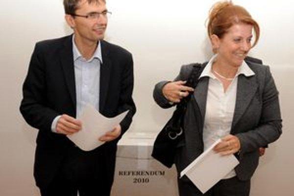Minister Ľubomír Galko s manželkou pri hlasovaní.