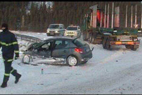 Pod haváriu sa podpísalo pravdepodobne veľmi zlé počasie. Na mieste fúka silný vietor, na ceste je sneh a pod ním ľad.