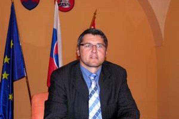 Primátor Štefan Bieľak. Hovorí, že celá vec je o poškodzovaní a hanení a tiež neznalosti zákon.