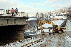 Búrajú časť mosta. Chlapi pracujú v tuhých mrazoch. Hovoria, že najmä ráno majú pre zamrznuté palivo problémy spojazdniť techniku.