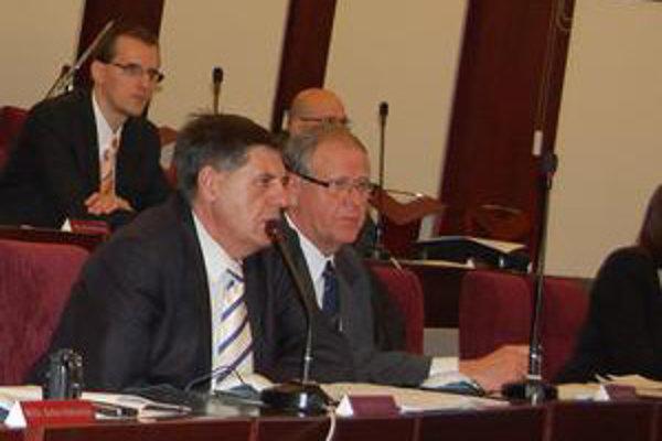 Štefan Kubík (vpravo). Prijal funkciu viceprimátora napriek vyhláseniam strany a stanoviskám kolegov.