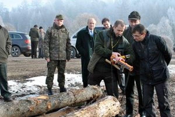 Ťažba dreva v lesoch, ktoré ostanú v správe rezortu obrany, má podliehať podľa ministra Galka prísnej kontrole.