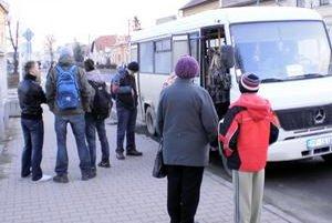 Zastávka. Kedysi jazdil z Huncoviec minibus. Teraz však musia študenti vyčkávať na ďalší spoj.