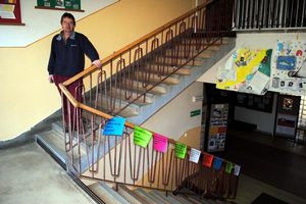 Plagáty v škole v Pradiarni. Študenti, pedagógovia i rodičia nimi vyjadrujú svoju nespokojnosť.