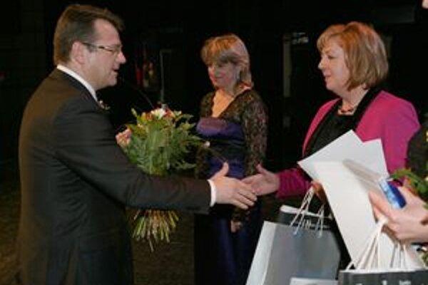 Zdravotná sestra. Ocenenie jej odovzdal minister zdravotníctva Uhliarik.