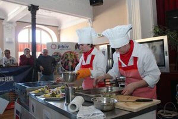 Za trištvrte hodiny museli mladé kuchárky uvariť štyri porcie.