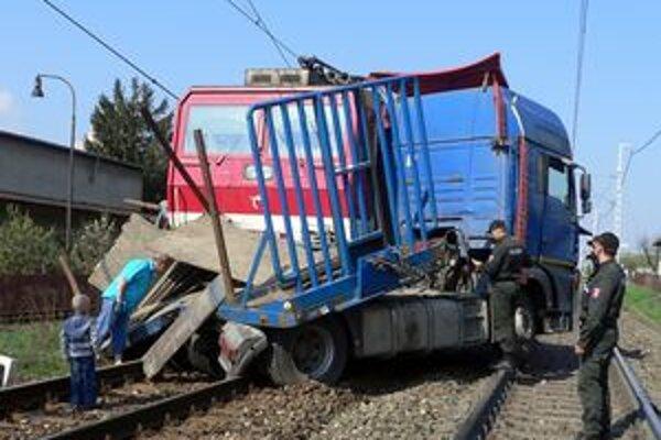 Vlak ťahal nákladiak po koľajniciach ešte niekoľko desiatok metrov.