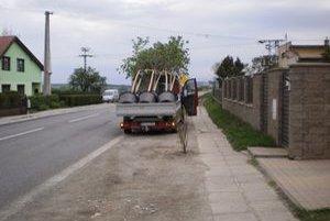 Konáre stromčekov. V Huncovciach vyrobili problém.