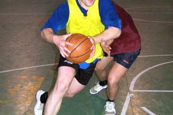 Ľuboš Velebný v basketbalovom prieniku.