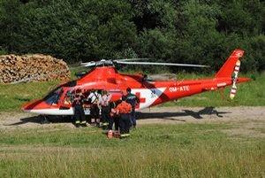 Leteckí záchranári. Okrem hľadania pomohli pri transporte.
