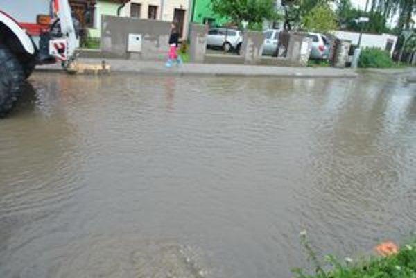 Voda v Slavkove neodtekala kvôli preplnenej kanalizácii, ktorá bola plná dažďovej vody.